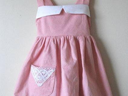 diy une robe tablier vintage pour petite fille tablier vintage robe tablier et tablier. Black Bedroom Furniture Sets. Home Design Ideas