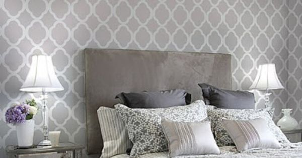Decoraci n de dormitorio con papel pintado al estilo for Papel de pared dormitorio