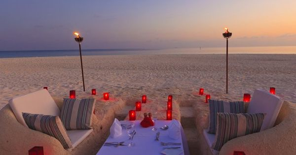 Sweet beach setup! >> Look at the sand couches! This is so
