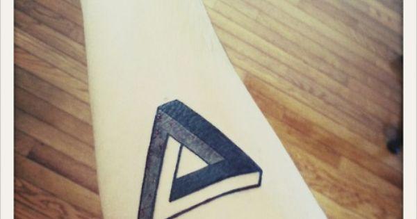 Triangle de Penrose tatoué sur l'avant-bras tatouage triangle penrose geometrie mystere graphique