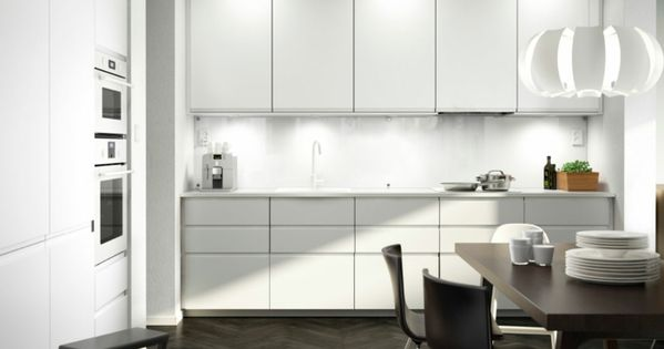 Awesome ikea k chen moderne k che wei e schr nke holztisch st hle K chen Pinterest Gusto and Kitchens