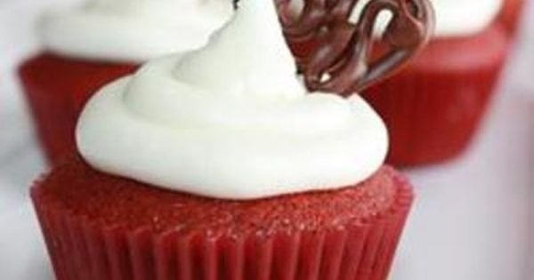 Red Velvet Cupcakes..... just pinning for the decorating idea