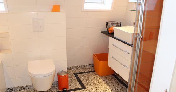 Terrazzo tegels in de badkamer met stoere zwarte rand gecombineerd met witte en oranje - Terras rand idee ...