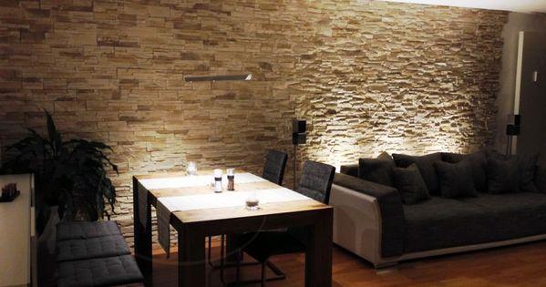 wohnzimmer mit essbereich mit dunklen m beln und steinwand aus riemchen als wandverkleidung. Black Bedroom Furniture Sets. Home Design Ideas