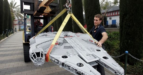 HUGE LEGO Millennium Falcon I WANT THIS!!!!!!!!!!!!!!!!!!!!!!!!!!!!!!!!!!!!!!!!!!!