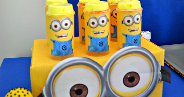 des id es de d co g teau desserts pour organiser un anniversaire minions anniversaire enfant. Black Bedroom Furniture Sets. Home Design Ideas