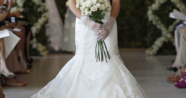 Wedding Dress: Oscar de Larenta - 44N34