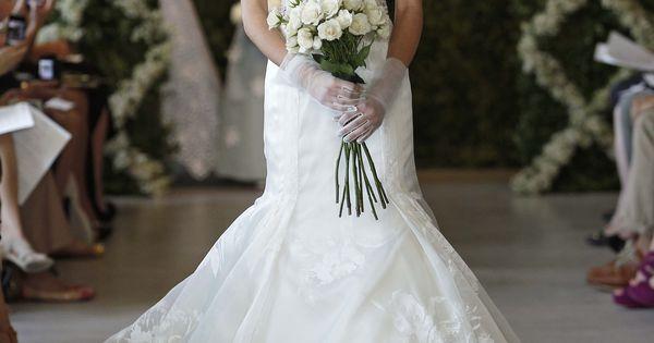 Wedding Dress: Oscar de Larenta - 44N34