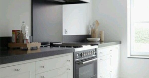 Moderne keuken met donker blad en witte kastjes. grote oven (aparte ...
