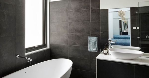 schwarze badezimmer fliesen und freistehende badewanne in ei form bathroom pinterest. Black Bedroom Furniture Sets. Home Design Ideas