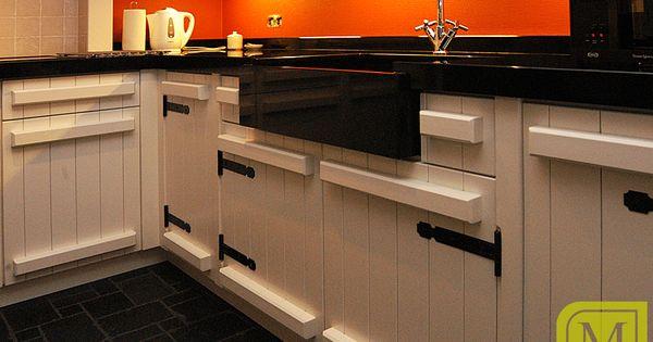 Moderne keuken met wit hout en zwarte tinten mint keuken interieur maatwerk moderne - Oude en moderne keuken ...