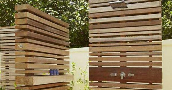 strandhaus moderne gartendusche holzwand steinplatten garten pinterest design. Black Bedroom Furniture Sets. Home Design Ideas