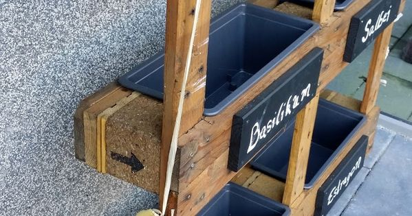 diy kr uterbeet aus europaletten ein hauch mediterranem flair garten pinterest. Black Bedroom Furniture Sets. Home Design Ideas