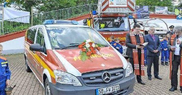 Neuer Einsatzleitwagen Fur Die Feuerwehr Riegelsberg Pastor Franz Josef Werle Vordergrund Rechts Und Pfarrer Dr Freiwillige Feuerwehr Feuerwehr Freiwillige