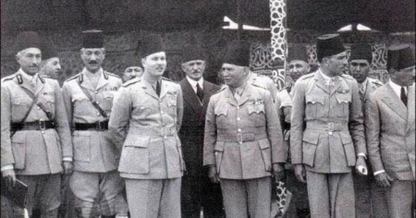 الملك فاروق في زيارة إلى الجيش ويقف بجانبه محمود شكري باشا