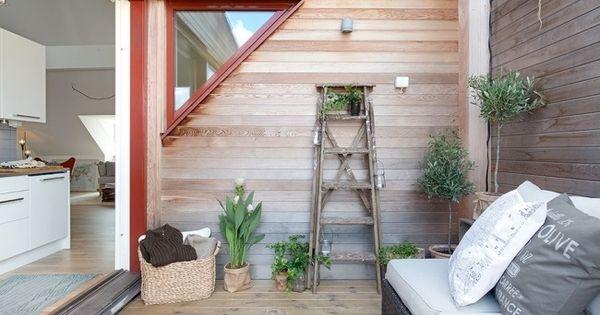dachwohnung balkon holzleiter blumenst nder sofa dachterrasse pinterest dachwohnung. Black Bedroom Furniture Sets. Home Design Ideas