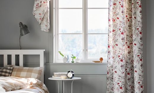 mit bl ten bedruckte gardine an einem schlafzimmerfenster ikea pinterest. Black Bedroom Furniture Sets. Home Design Ideas