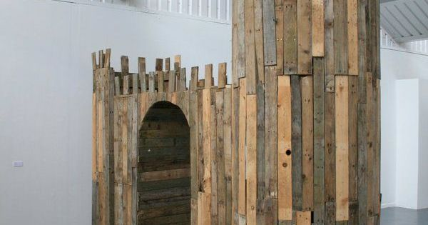 Used Pallets To Build A Castle Playhouse Diy Pallets