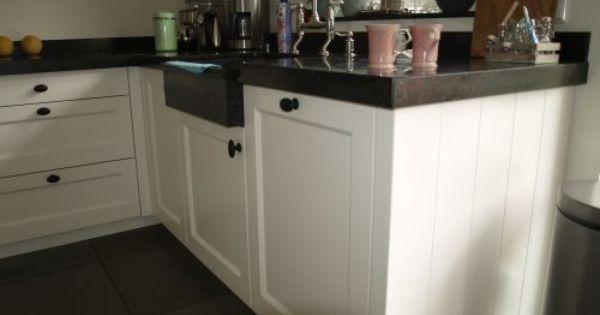 Witte landelijk moderne keuken met fornuis en houten laden kleur fronten gelakt in ral 9010 - Witte keuken voorzien van gelakt ...