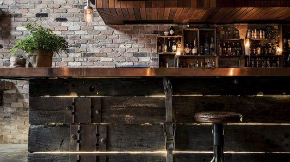 Modelo diseñado, con antiguas y gruesas vigas de madera oscura.  Restaurante ...
