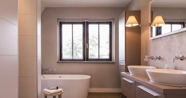 Landhuis met luxe badkamer dubbele wastafel losstaand bad en ruime douche badkamer toilet - Amenager badkamer ...