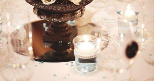 . Base miroir, vase fonte gris Medicis et composition florale ...