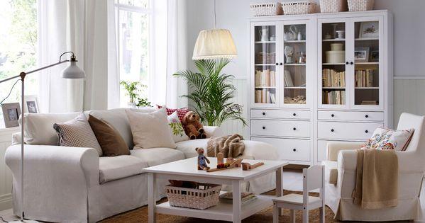 Sal n luminoso con un sof de dos plazas con chaise longue un sill n una mesa de centro - Sillon dos plazas ...