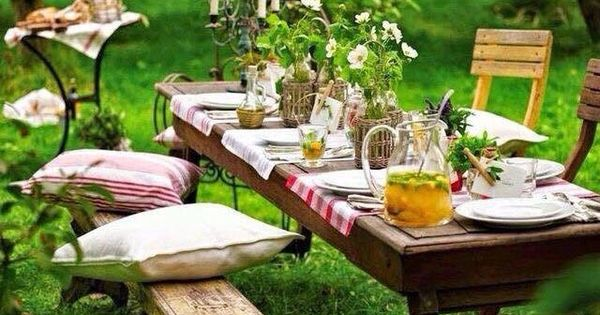 romantisches picknick im garten mit kissen kerzen fr hling im garten pinterest. Black Bedroom Furniture Sets. Home Design Ideas