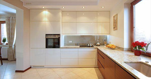 Kuchnia Na Zamowienie W Wysokim Polysku I Drewnie Meranti Zaprojektowana I Wykonana W Silvanie Kitchen Kitchen Cabinets Home
