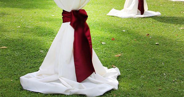 weisse stehtischhussen mit roten schleifen und teelichter gemietet weddstyle http www. Black Bedroom Furniture Sets. Home Design Ideas