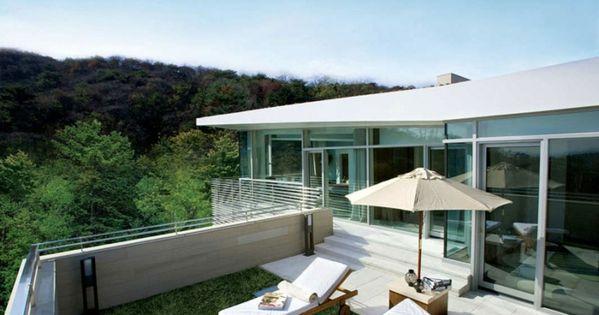Moderne terrassengestaltung  moderne terrassengestaltung liegesessel sonnenschirm grüner rasen ...