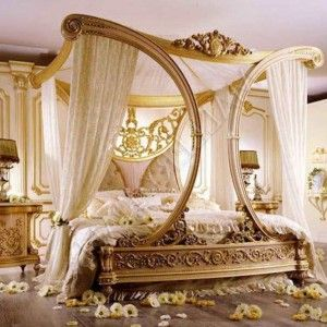 Breathtaking Luxury Royal Style Canopy Bed With Gold Frame With Unique Curved Design Accentuated Luxurious Bedrooms Chic Bedroom Master Bedroom Decor Romantic