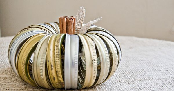 Mason jar lid Halloween crafts: canning lid pumpkin, distressed look, cinnamon sticks