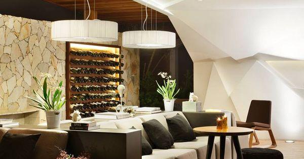 Nosotros Bar avec meuble bar design et mur facetté lumineux  Bar ...