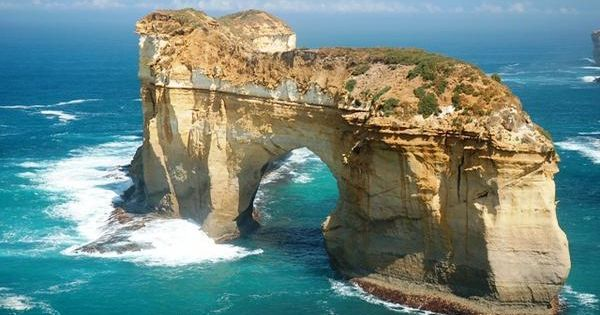 The island Arch Loch Ard Gorge near the twelve postles Victoria, Australia.