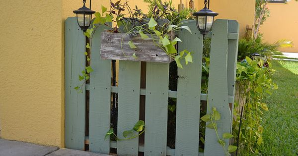 Clever: Pallet fence with planter box and solar lights to hide an