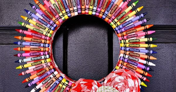 Crayon Wreath - The Ballard Bunch blog craft teachergift backtoschool