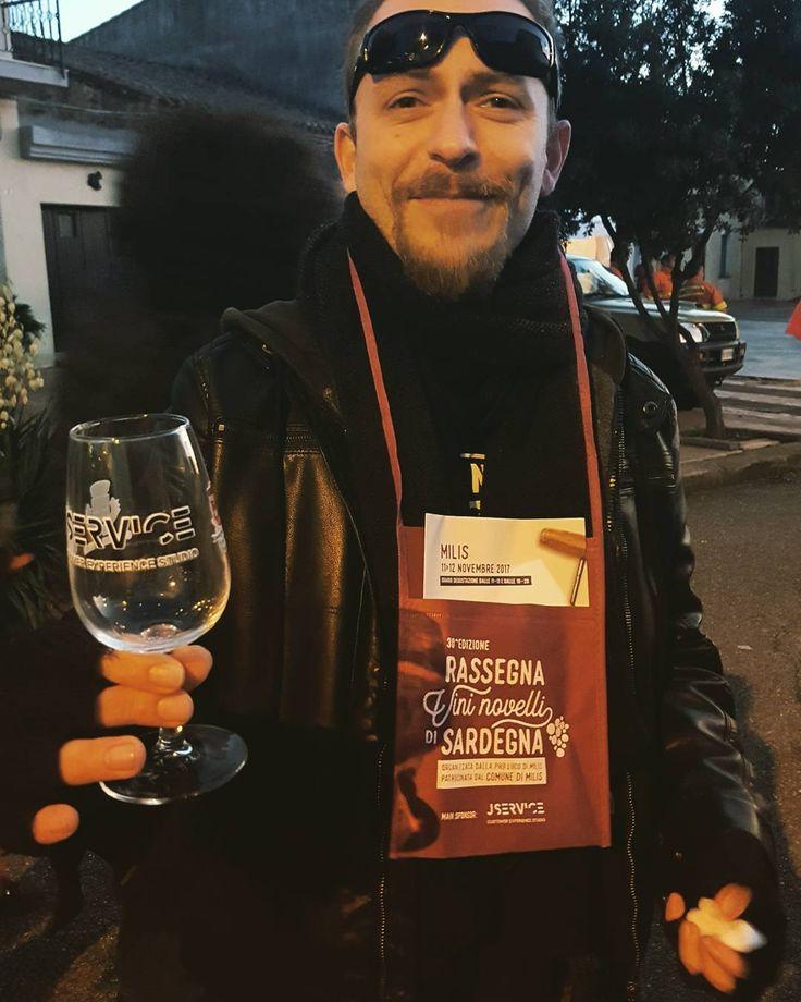Funziona così a #Milis. Con 6 Euro ti prendi un calice poi puoi assaggiare vini senza limiti tra sei novelli e sei vini d'annata (senza ritorno). Alla fine loro si tengono il fegato e tu ti tieni il calice.  Nella foto il fu Social Media Manager Simone Bennati (@mr_bennaker )prima che iniziassimo il giro). Ci manca tanto... Grazie a #YouSinis per l'ennesima esperienza (alcolica)  #novellimilis2017 #30anninovelli #vino #wine #vinonovello #sagra #sardegna #sardinia #igerssardegna #volgoitalia…