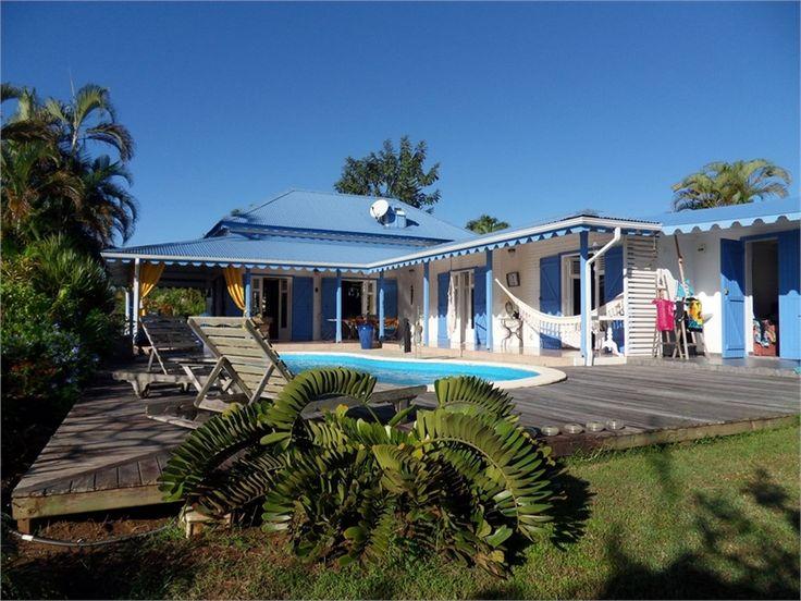 Cette charmante villa est à vendre en exclusivité chez Capifrance.     Située à Baie Mahault, elle offre de très jolies prestations > 164 m², 5 pièces dont 4 chambres.    Plus d'infos > Laurence Werner, conseillère immobilière Capifrance.