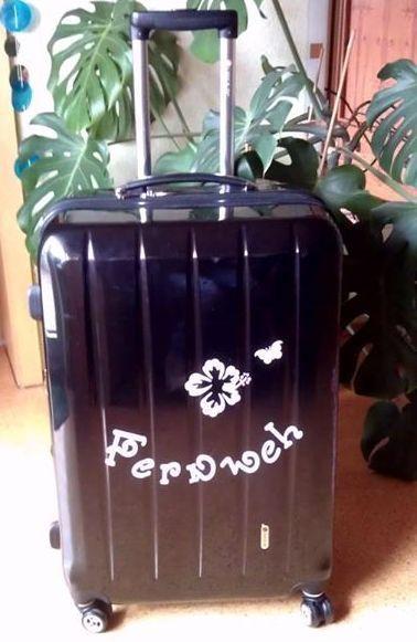 DIY Koffer - Erkennungsmerkmal mit Wandtattoo.  Habe eine Polycarbonat-Koffer mit einem Wandtattoo / Autotattoo aufgewertet (hebt super, auch nach vielen Flugreisen). Diesen erkenne ich sofort auf dem Kofferband :)