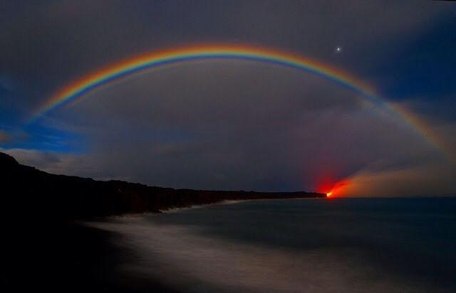 Un arco iris creado por la lava del volcán Kilauea
