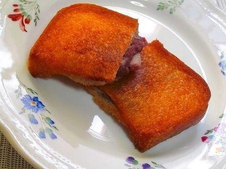 食パンに、ポケット状の切り込みを入れ  つぶ餡と切り餅を入れ、切り口を閉じ、揚げます、簡単におやつが完成!揚げたて最高♪揚げるので、賞味期限ぎりぎりのパンも美味しくいただけます☆