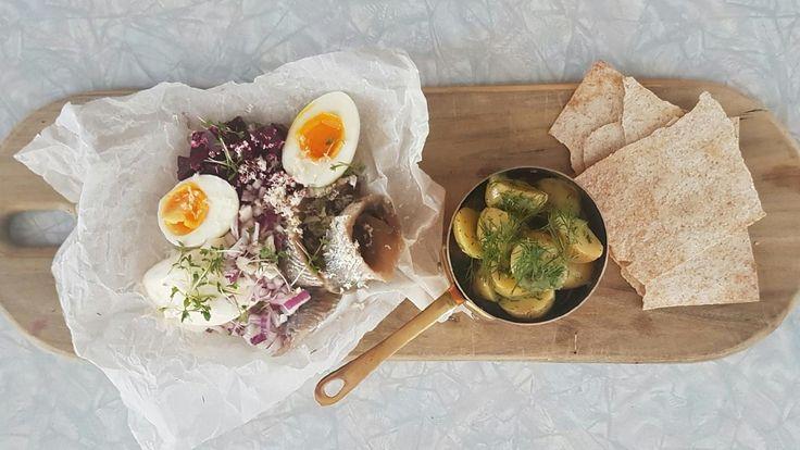 Sildefjøl med egg, potetsalat, rødbeter og rødløk