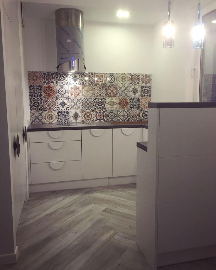 Kuchnia z niestandardowymi uchwytami i frontami lakierowanymi. Proponujemy ciekawe rozwiązanie dostępu do barku z obu jej stron. #kuchnia #kitchen #kök #küche #kitchendesign #barek #decor #design #dom #home #mieszkanie #mjakmieszkanie #wnętrze #meble #furniture #whitekitchen #biel #warszawa #warsaw #polska #poland