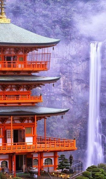 #近畿 #和歌山 #Nature 「那智山青岸渡寺」(和歌山県)は、3年間の滝篭りをされた花山法皇が永延2年(988年)に御幸され、西国三十三カ所第一番札所と定められました。秀吉も愛した壮麗なたたずまいの寺院です。朱色の三重の塔の後方に見えるのは、「那智の滝」。