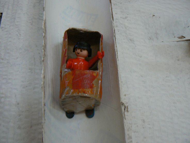Brico d'un bobsleigh pour les playmobil. Par la suite, les enfants du préscolaire l'utiliseront dans le coin symbolique. De futurs champion de bobsleigh.