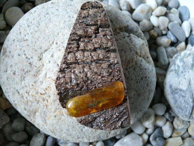 Přívěsek z korkového dubu +pravý jantar*