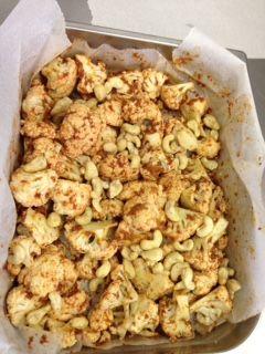 Geroosterde bloemkool met zongedroogde tomaatjes, knoflook en cashewnoten | Food is Good