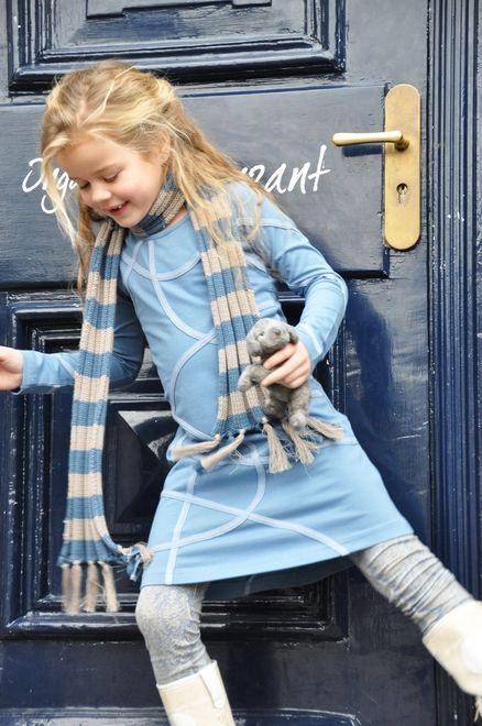 IJsblauw jurkje - Tape Dress - van LoFff uit de nieuwe wintercollectie. Deze jurk heeft een speelse band over de voorzijde. Leuk te combineren met een ijsblauwe legging of een legging en sjaaltje met blauwe slangenprint. Artikelnummer LO13W007 - Z7008-02