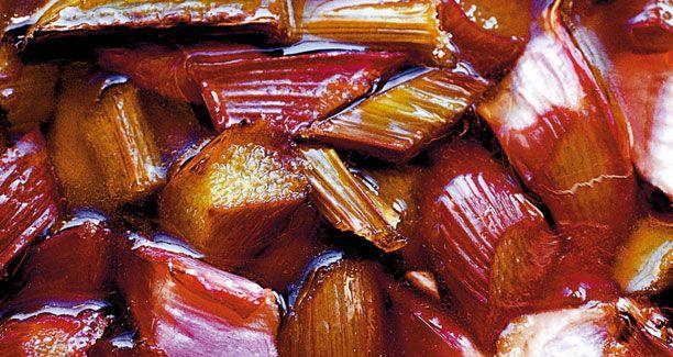 Camilla Plum giver dig hemmeligheden bag sin dejlige og klassiske rabarberkompot - brug den både til steg, ost og i desserter
